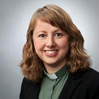 Kvinna i grön diakonskjorta