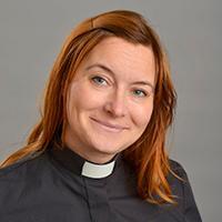 Kvinna med svart prästskjorta
