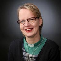 leende kvinna med grön diakonskjorta