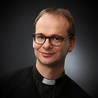 Man med svart prästskjorta