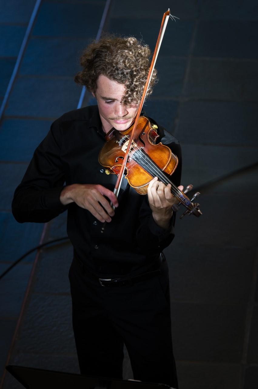 Albert Sahlström spelar violin.