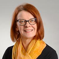 Kvinna med svart blus och gul scarf